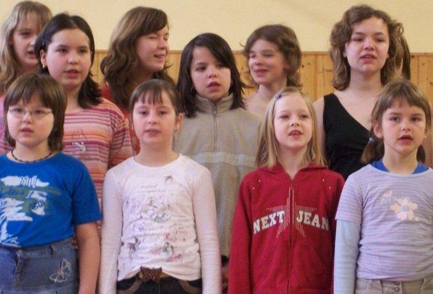 Žáci svým učitelům. Pěvecký sbor Lyra.
