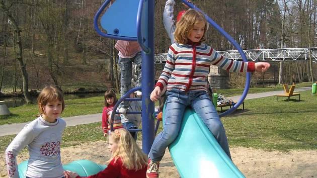 Dětské hřiště v parku pod jindřichohradeckým gymnáziem.