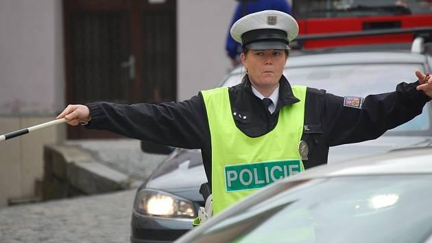 Dopoledne bylo rušno také na křižovatce Rybniční s nábřežím. Pro policisty byly některé situace doslova nebezpečné.