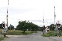 Nebezpečný a nepřehledný přejezd ve Slavonicích, kde byla pouze stopka, je minulostí. Nyní je zabezpečen světelnou signalizací.
