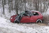 Tragická dopravní nehoda u Horní Lhoty. Pohled na osobní auto, ve kterém zemřel řidič.