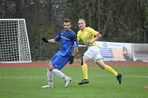 Martin Toman (vpravo) zajistil hradeckým fotbalistům  v souboji s Mýtem aspoň bod.