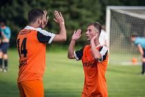 Fotbalisté Slavonic (v oranžových dresech) jsou po osmi odehraných kolech na druhé příčce okresního přeboru. Na snímku z utkání v Kunžaku, kde zvítězili jednoznačně 5:0.