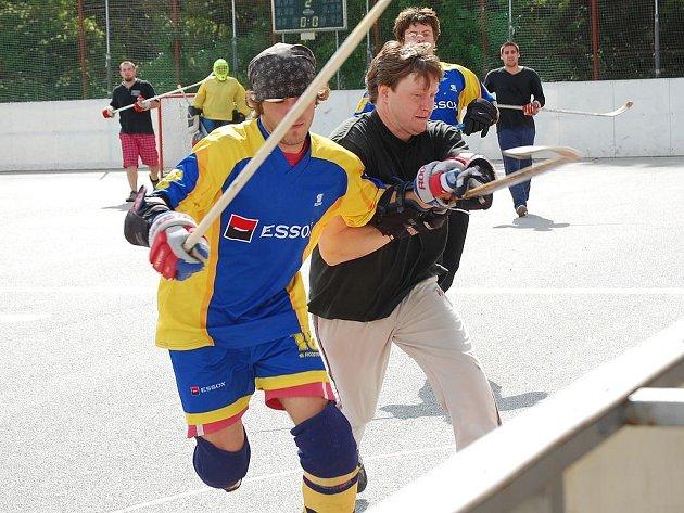 Úvodní kolo městské hokejbalové ligy v J. Hradci.