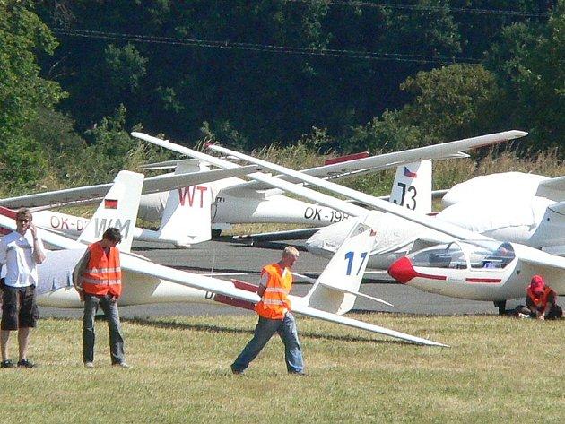 Snímek zachycuje poslední přípravy před nedělním startem.