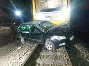 Střet osobního auta s vlakem na přejezdu ve Vitorazské ulici v Suchdole nad Lužnicí skončil smrtí třiapadesátiletého řidiče.