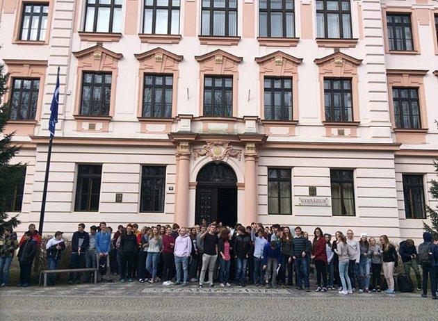 Kakci Vyjdi ven se přidali istudenti ztřeboňského gymnázia.