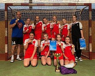 Družstvo žákyň třeboňské Základní školy Na Sadech triumfovalo v celorepublikové soutěži Novinářský kalamář.