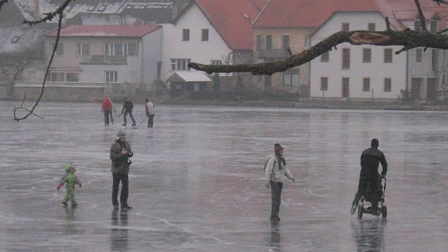 Také lidi v Jindřichově Hradci láká ledová plocha.