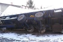 Pohled na převrácený kamion v pověstných zatáčkách v Nové Olešné, který na několik hodin uzavřel hlavní tah na Brno.