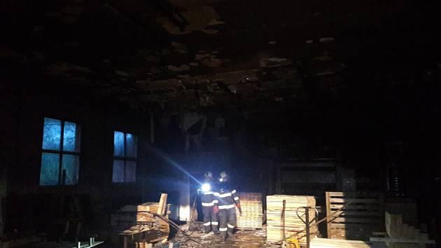 Sobotní požár v paletárně v Rodvínově.
