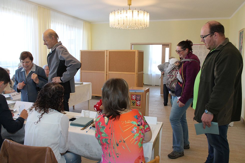 První volební den ve Strmilově je o volby zájem.