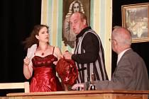 Z komedie Brouk v hlavě v podání Spolku divadelních ochotníků Deštná.
