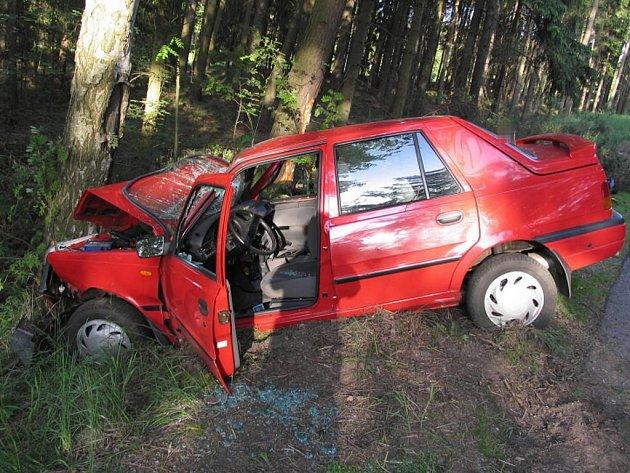 U Dačic auto narazilo do dvou stromů. Dva lidé se zranili.