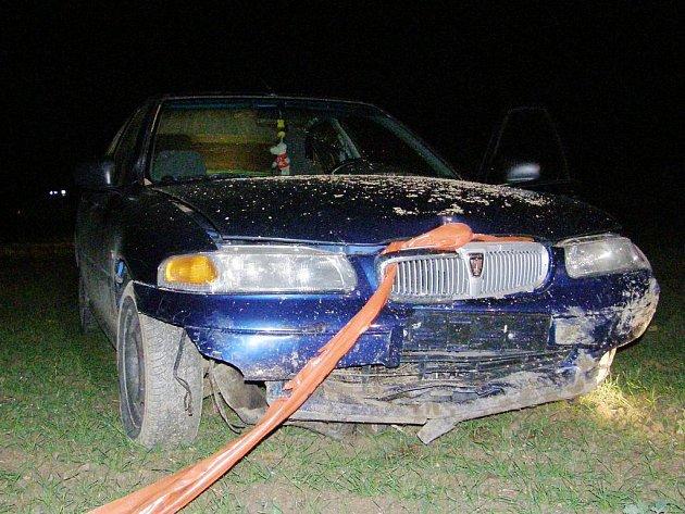 Noční honička skončila nehodou u Tučap.Pohled na havarované auto.
