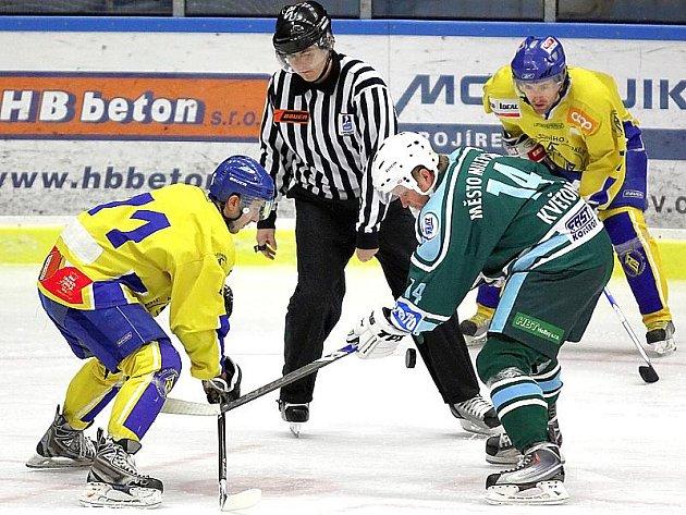 Hokejisté Vajgaru v jihočeském derby zdolalai Milevsko 6:5 po prodloužení. Na snímku při buly domácí Jan Bula (vlevo) a milevský Tomáš Květoň.
