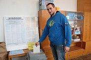 Ve volebním okrsku v mateřské škole v Jáchymově ulici v Jindřichově Hradci volil i člen tamní komise Martin Beníček.