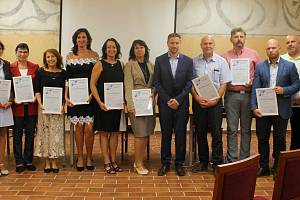 Ocenění si převzali ředitelé a ředitelky čtyřech mateřských a šesti základních škol v refektáři Muzea fotografie ve středu 2. září.