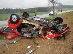 Pohled na zcela zdemolované auto ze sobotní nehody u Chvaletína na Slavonicku.