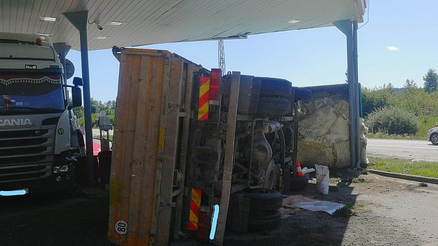 Nehoda tří kamionů u čerpací stanice na Řečičce v J. Hradci