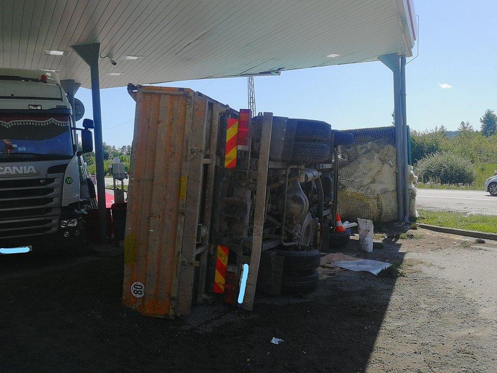 Kuriozní nehoda u čerpací stanice na Řečičce v Jindřichově Hradci.