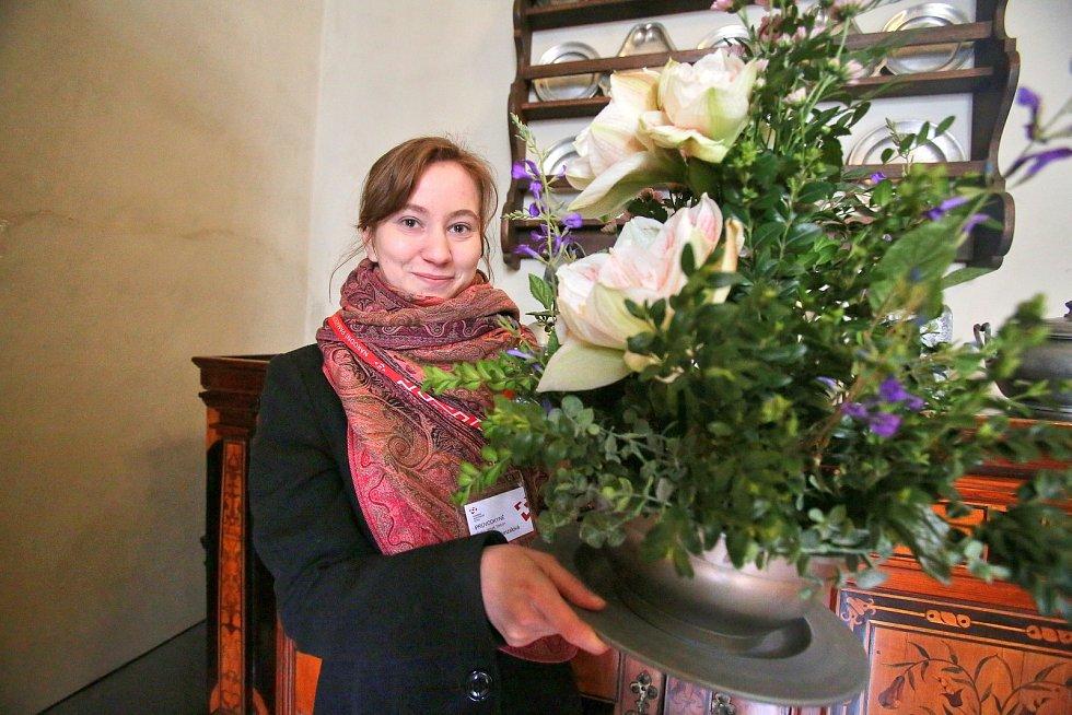 Třeboňské amarylis letos zdobí zámek po vzoru dvorního umlěce Arcimolda.Na snímku průvodkyně Michaela Hanzalová.