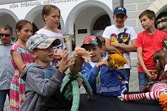 Na třeboňském náměstí v sobotu vítali léto se skřítkem Mildou Dubulíkem.