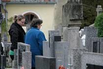 Lidé navštívili o víkendu hřbitovy před středečním svátkem dušiček. Snímek je ze hřbitova v Lutové.