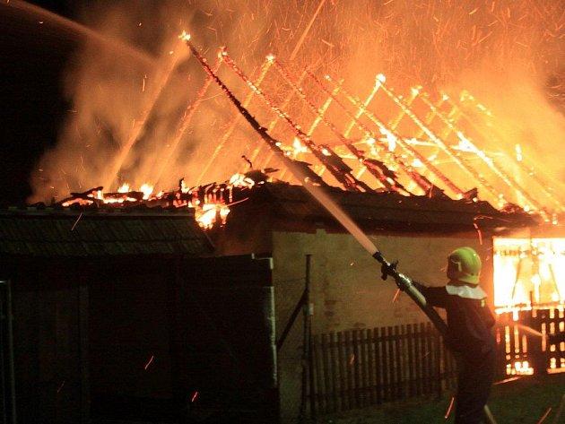 V Deštné hořela stodola i v listopadu (na snímku).