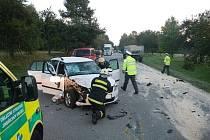 U Jarošova se střetlo auto s vlekem traktoru. Řidič utrpěl zranění.