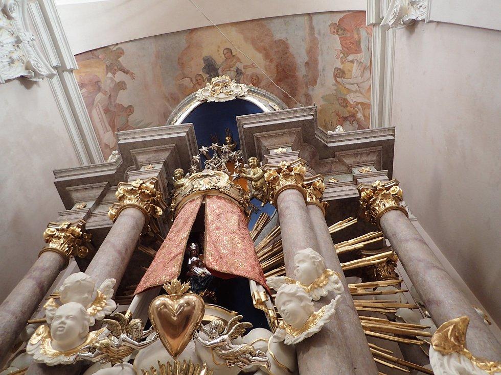 Oltář v kostele Nanebevzetí Panny Marie v Chlumu mohou návštěvníci městyse konečně spatřit v obnovené podobě.