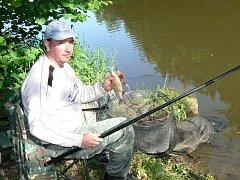 FRANTIŠEK PŘIKRYL, ml.  z Dačic jezdí na rybářské závody na Červenou Lhotu už patnáct let.