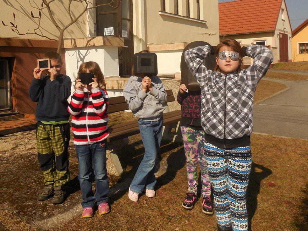 Zatmění Slunce pozorovaly i děti v Základní škole Lužnice.
