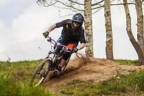 Na bikepark s lanovkou nedaleko Nové Bystřice může bikerům přispět každý.