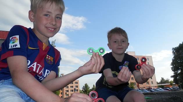 Fidget spinner je aktuálně mezi dětmi velkým hitem.