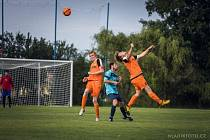Slavoničtí fotbalisté (v oranžovém) vstoupili do okresního přeboru vysokým vítězstvím 5:0 v Kunžaku.