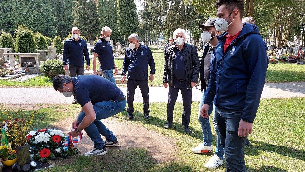 Čeští hokejoví reprezentanti se přišli na jindřichohradecký hřbitov uctít památku místního rodáka a výtečného hokejisty Jana Marka. Foto: Ondřej Kalát