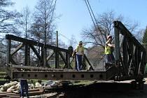 Budování nového mostu v Horním Žďáru začalo stěhováním staré konstrukce.