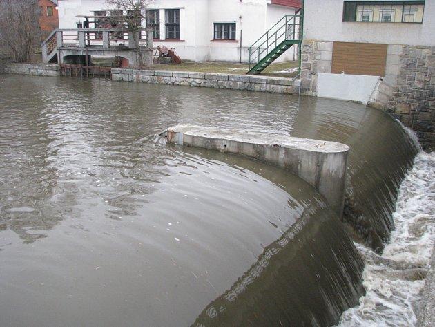 Jez U Devíti mlýnů s vodní elektrárnou. Ilustrační foto.