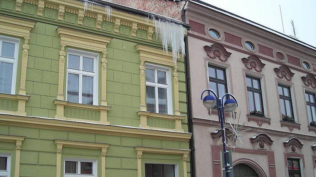 Pohled na rampouchy v Růžové ulici v J. Hradci.