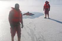 Ilustrační foto. Nácvik záchrany osob na zamrzlém rybníku Vajgar.