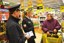 Policisté v supermarketu Albert vysvětlují neustále zákazníkům, jak se bránit kapsářům.