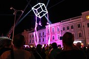 Dechberoucí vystoupení se odehrálo nad hlavami diváků na náměstí Míru v Jindřichově Hradci, kde se představili akrobati na šálách.