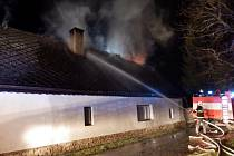 V Bílé v pondělí večer hořelo podkroví domu.