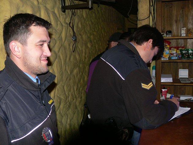 Stážníci Karel Veselý a Roman Stejskal navštívili jindřichohradeckou hernu a bar Piket, aby informovali její personál o zákazu prodeje lihovin.