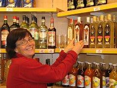 Návrat rumu na pult. V jindřichohradecké podnikové prodejně Fruko-Schulz ve čtvrtek v 15 hodin vrátili do regálu rum Pražské gardy a několik dalších lihovin ze staré zásoby. Na snímku je prodavačka Štěpánka Peňázová.
