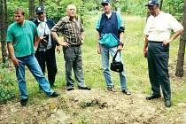 PRVNÍ NÁVŠTĚVA Klubu historie letectví v místě bývalého zajateckého tábora Stalag Luft III- Sagan, červen 2001.