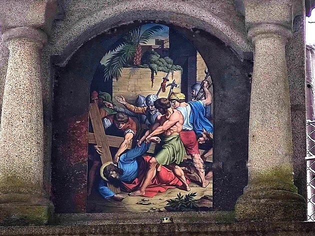 Křížová cesta ke kostelu svatého Jakuba vJindřichově Hradci. Pán Ježíš padá pod křížem podruhé.