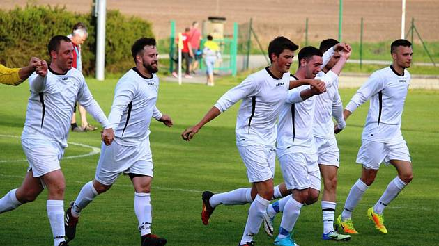 Fotbalisté Buku vstoupili do sezony vysokým vítězstvím, když doma v úvodním kole OP deklasovali suchdolské béčko 6:0.