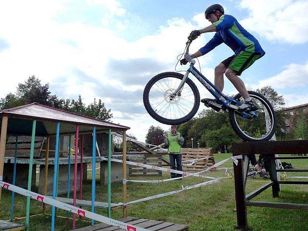 Jan Šmíd při tréninku na biketrialovém kole.